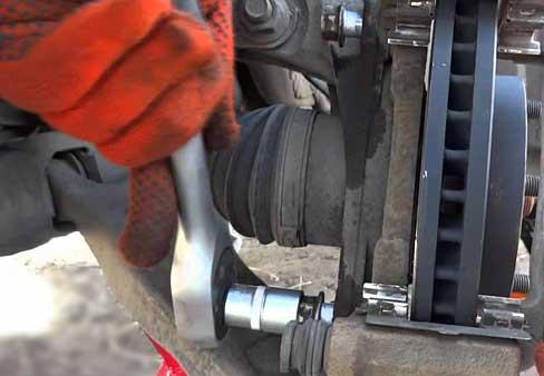 Замена передних тормозных колодок на Chevrolet Lanos