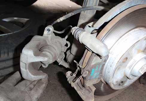 Замена задних дисковых тормозных колодок на Opel Antara