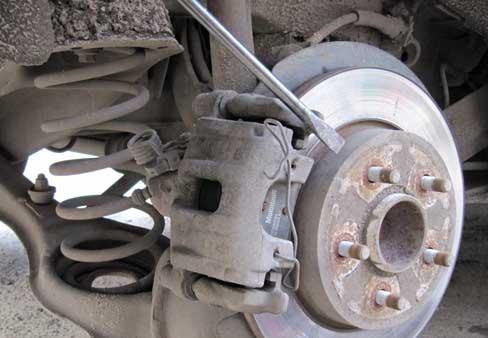 Замена задних дисковых тормозных колодок на Опель Антара